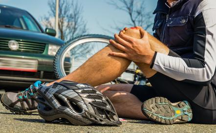 Mann ist am Bein verletzt