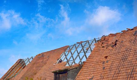 Dach nach einem Sturm