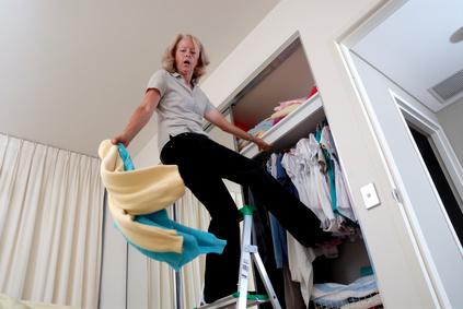 Frau fällt von der Leiter